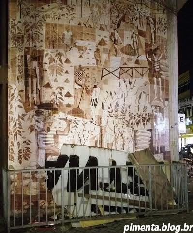 Painel de Genaro sofre ataque da Ricardo Eletro (Foto Pimenta).