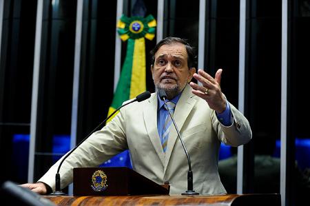 Pinheiro emocionou-se em sua despedida ao ser homenageado por 30 colegas.