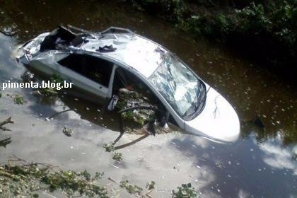 Veículo com estudantes da Uesb caiu dentro de rio.
