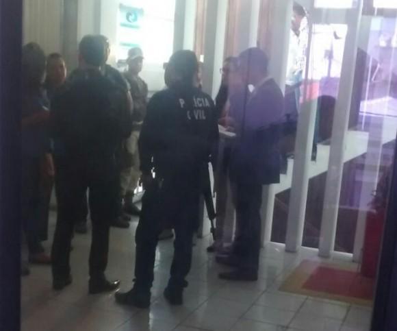 Policiais civis e promotores na sede administrativa da Emasa.