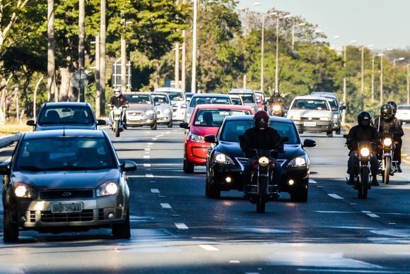 Uso de farol baixo durante o dia agora é obrigatório nas rodovias (Foto José Cruz/A. Brasil).