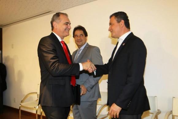 Alves observa Pelegrino e Rui se cumprimentarem durante solenidade (Foto Camila Souza).