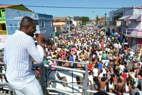 De cima do trio Pankadão, Tatau animou a massa (Foto Wagnevilton Ferreira).