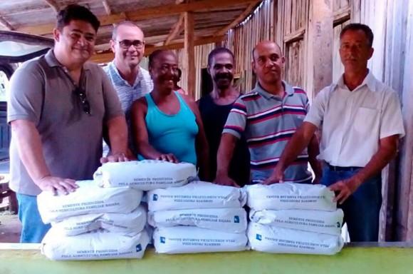 Representantes do governo estadual entregam sementes em comunidades quilombolas.