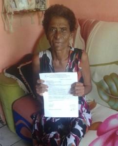 Dona Maria Elizabete mostra documento em que o serviço social da Santa Casa de Itabuna informa à Secretaria da Saúde de Ilhéus sobre as sessões de radioterapia