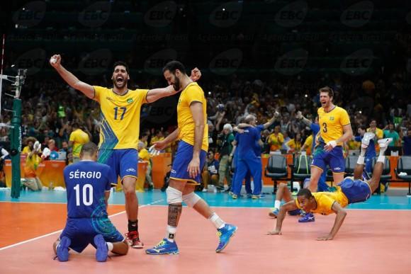 Serginho se ajoelha e comemora conquista dos Jogos Olímpicos (Foto Fernando Frazão/Agência Brasil).