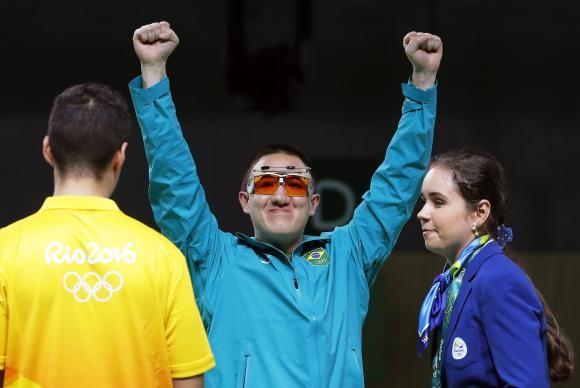 Felipe Wu comemora medalha de prata no tiro de 10 metros (Foto Valdrin Xhemaj/Divulgação Lusa).