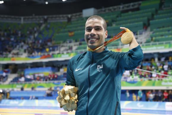 Astro da natação paralímpica mundial comemora feito (Foto Fernando Frazão/Agência Brasil).
