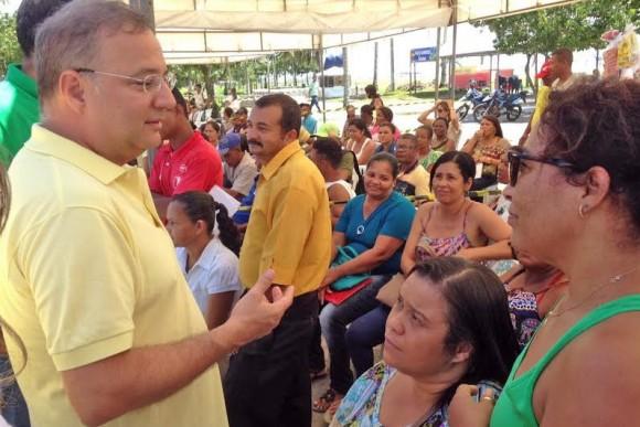 Secretário Fábio Vilas-Boas ouve pacientes em mutirão de cirurgias.