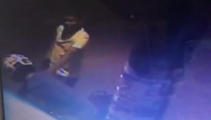 Bandido com revólver se aproxima e toma a moto (Reprodução).