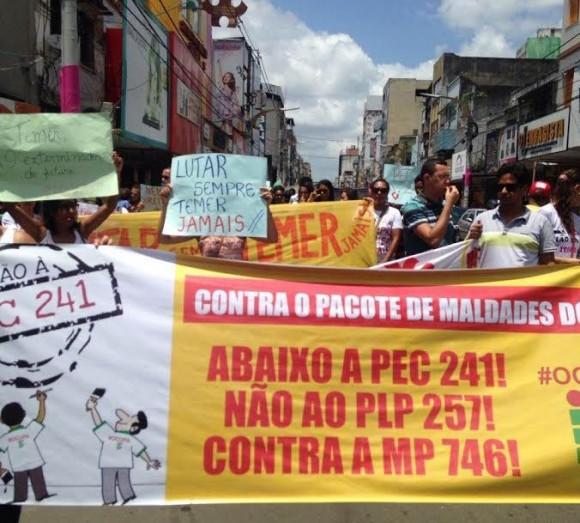 Professores e estudantes percorreram a Cinquentenário em protesto (Foto Blog do Thame).