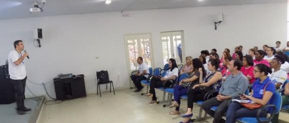 Médico Rafael Andrade, coordenador do mutirão, durante encontro com agentes.