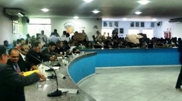 Vereadores durante sessão com galeria ocupada por estudantes (Foto Ciro Zatele/Cidade Informe).