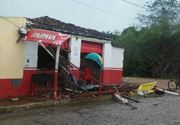 Parte da cobertura de restaurante foi destruída, ferindo uma mulher.