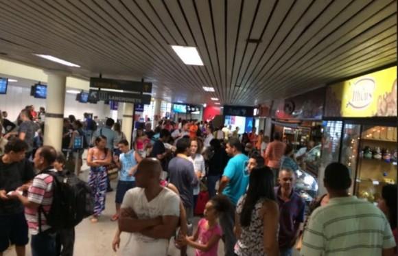 Saguão do aeroporto lotado em dia de voos cancelados.