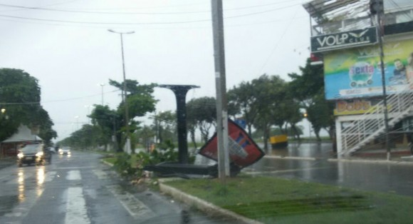 Placa de publicidade foi arrancada pelo vento (Foto enviada pelo WhatsApp).