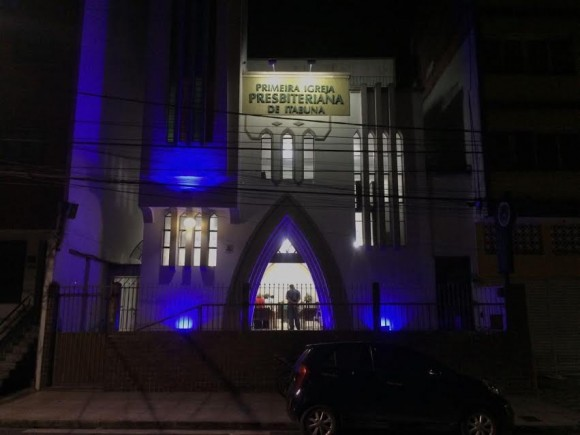 Fachada de igreja ganha iluminação especial no Novembro Azul (Foto Divulgação).