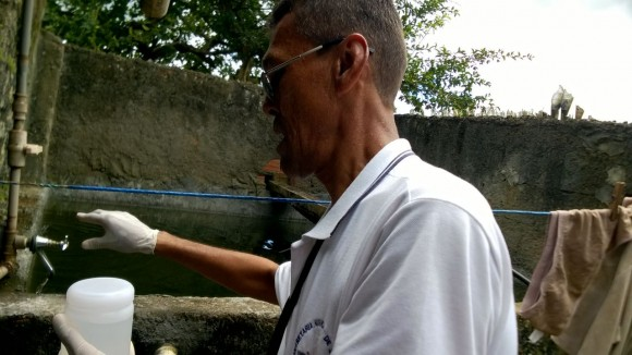 Amostra de água é coletada para análise (Foto Divulgação).