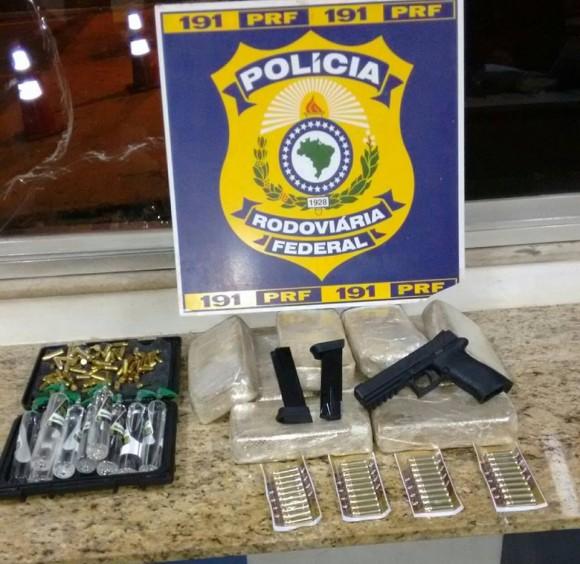 Droga, arma e munições apreendidas com a idosa em Conquista (Foto PRF).