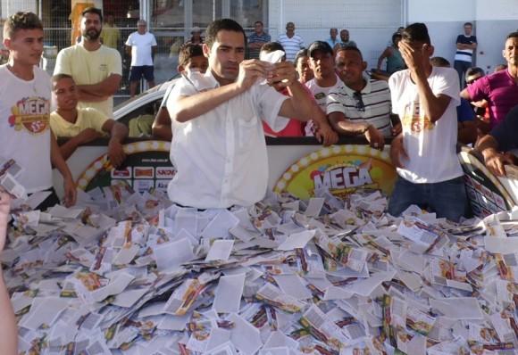 Gerente Elvores Xavier sorteia veículos da campanha do Itão.