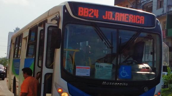 Ônibus já circulam com o aviso de reajuste (Foto Pimenta).