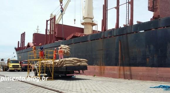 Carga de cacau importado é desembarcada em Ilhéus.