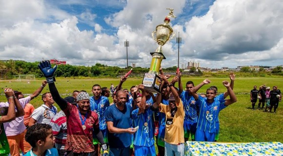 Nova Ferradas ergue taça de campeã do Interbairros (Foto Lucas França).