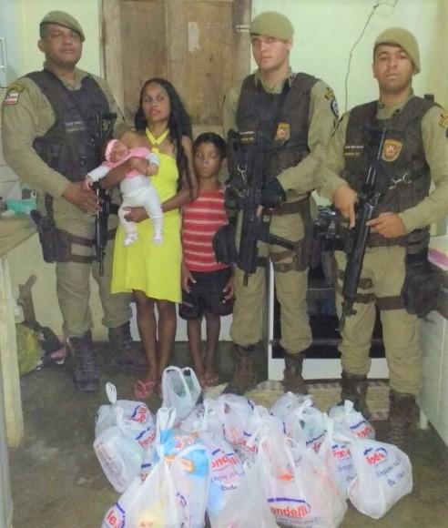 Policiais doaram alimentos e deram ajuda à vítima para quitar contas.