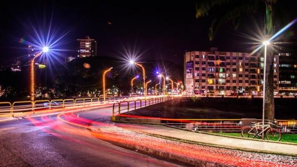 Ponte Marabá, que dá acesso ao centro e ao Shopping Jequitibá, ganha iluminação especial (Foto Pedro Augusto).
