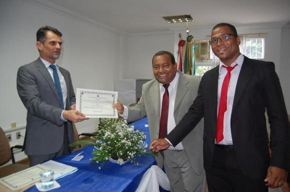 Juiz Daniel entrega diplomas a Anízio e Genilson (Foto Ed Camargo).